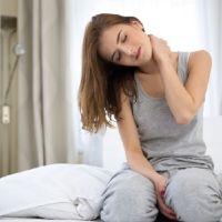 Болит шея после сна: причины, симптомы, устранение
