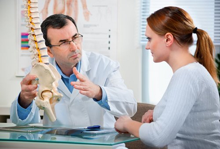 К какому врачу обращаются с симптомами остеохондроза