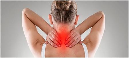 Шейный радикулит может проявиться различными симптомами